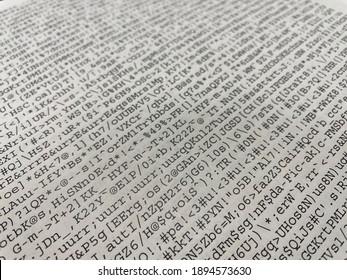 Primer plano de una página impresa que muestra mucho texto ilegible y distorsionado debido a un error del controlador de impresión.