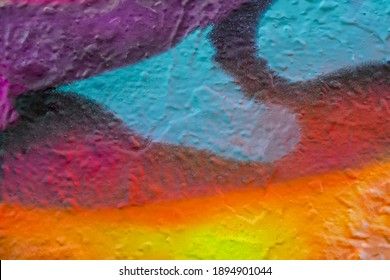 Hermoso fondo de graffiti de arte callejero colorido brillante. Aerosol creativo abstracto dibujo colores de moda en las paredes de la ciudad. Cultura urbana, rosa, rojo, naranja, amarillo, carmesí, textura púrpura