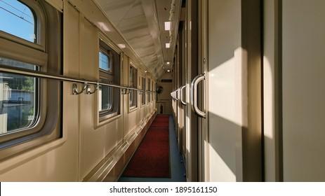 長距離列車の内部ビュー。客車のコンパートメント。鉄道で旅行する