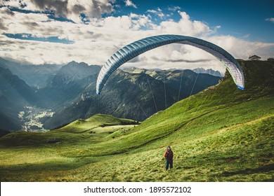 Gleitschirm in den Bergen. Gleitschirmfliegen in den Dolomiten. Gleitschirmfliegen in den Alpen