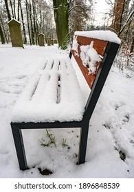 Cerca de un banco de madera congelada durante el hermoso invierno. La capa de nieve