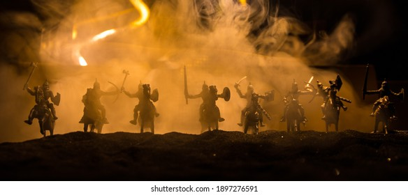 Mittelalterliche Kampfszene. Silhouetten von Figuren als separate Objekte kämpfen nachts zwischen Kriegern. Kreative Kunstwerkdekoration. Nebliger Hintergrund. Selektiver Fokus