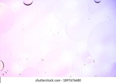 Buntes künstlerisches Bild des Öltropfens auf Wasser für modernen und Schöpfungsdesignhintergrund.