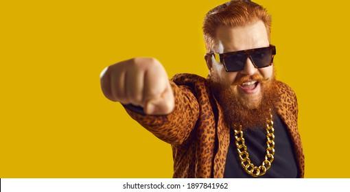 ファンキーなヒョウ柄のスーツとゴールドのチェーンで生姜ひげとハンドルバーの口ひげで若い男を叫ぶ。自信に満ちた金持ちのビジネスマン、ショービズプロデューサー、興奮した歌手、有名なショー俳優。面白いバナー広告