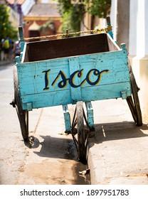 カルタヘナコロンビアの真ん中にある古い木製の水色のイスコカート