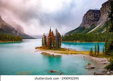 Geisterinsel im Maligne-See, Jasper-Nationalpark, Alberta, Kanada. Kanadische Rockies