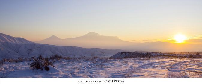 Monte Ararat desde el embalse de Azat al atardecer