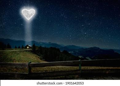 De hartvormige maan schijnt op Valentijnsdag over het huis van de geliefden