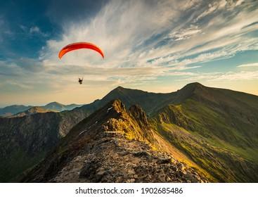 クリブゴッホに沿って飛んでいるパラグライダー