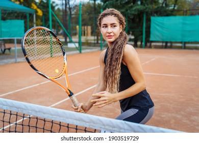 Sicherer Umgang mit dem Ball beim Spielen im Netz. Eine attraktive, schöne Tennisspielerin, die Übungen macht, um ihr Können zu verbessern. Spiele in Bewegung, Action. Lieblingssport - Tennis.