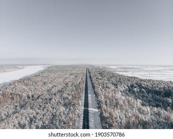 camino de nieve en el bosque. Ver en la carretera desde el cielo