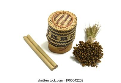 乾燥したクリスインディカの小さな花束と2本の竹管に囲まれた竹箱または竹米箱