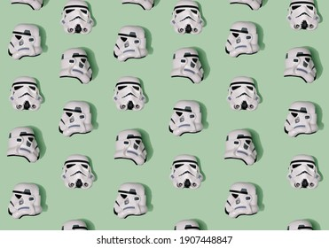 Motif créé de casques Stormtrooper blancs à partir de trois positions - côtés avant, gauche et droit. Une vue de dessus avec fond vert pastel.