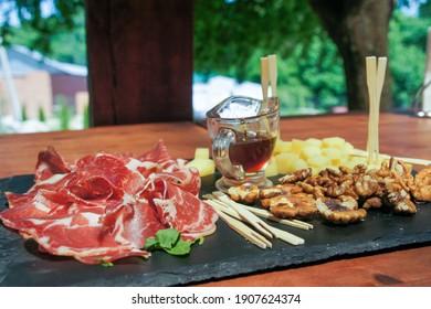 チーズ、肉、ナッツ、サイダー、クラスノダール地方ちび村の旅行料理、コピースペース