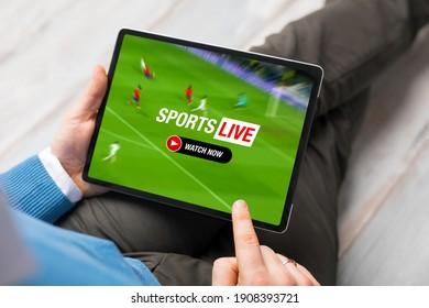 Mann, der Live-Stream des Fußballspiels auf Tablette beobachtet