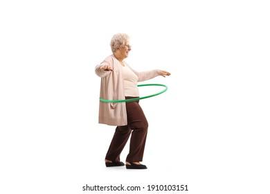 Oma spinnender Hula Hoop lokalisiert auf weißem Hintergrund