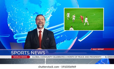 男性アンカーがサッカーゲームのスコアに関するスポーツニュースを報告するライブニューススタジオ、美しいゴールを決める前にサッカーをしている2つのチームのストーリーショーのハイライト。モックアップTVチャンネルニュースルーム