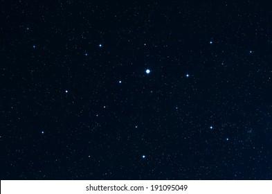 Estrellas. Cielo estrellado y espacio profundo. Toma original a velocidades de obturación lentas.