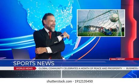 男性アンカーがサッカーゲームのスコアに関するスポーツニュースを報告するライブニューススタジオ、ストーリーショーは美しいゴールを決める瞬間を強調しました。サッカーをする2つのチーム。モックアップTVチャンネルニュースルーム