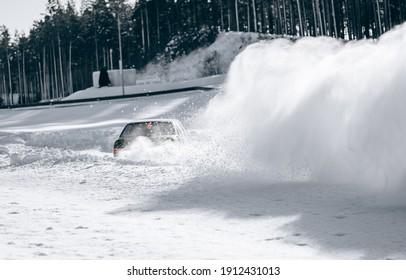 Deslizándose sobre una línea de hielo. Nieve a la deriva. camino de tierra nevado en invierno
