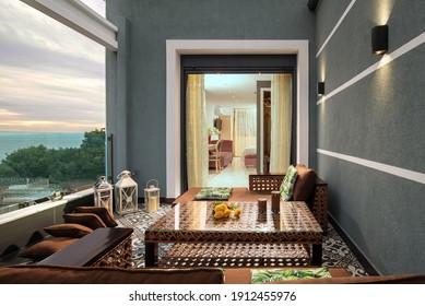Interior de estilo oriental de terraza al aire libre con muebles de mimbre en hotel de lujo. Decoración árabe tradicional de sala de estar en apartamento moderno