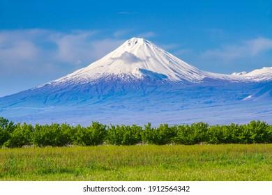 Monte Ararat (Turquía) a 5.137 m visto desde Ereván, Armenia. Este volcán compuesto inactivo cubierto de nieve consta de dos conos volcánicos principales descritos en la Biblia como el lugar de descanso del Arca de Noé.