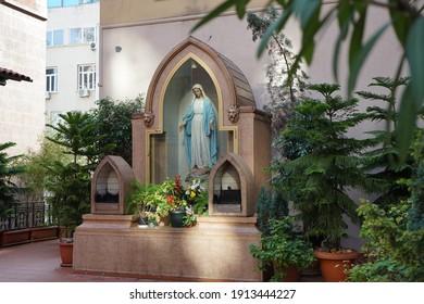 Die katholische Kirche St. Antuan ist die größte und am meisten versammelte katholische Kirche in Istanbul. Es befindet sich in der Istiklal-Straße in Beyoğlu auf der linken Seite, während Sie von Galatasaray nach Tünel fahren.