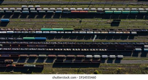 鉄道産業用円筒形タンク輸送コンテナを訓練するための空中上面図の美しいデザイン構成鉄道ウェイアート貨物を輸送するための芸術的構成の鉄道および貨物列車。