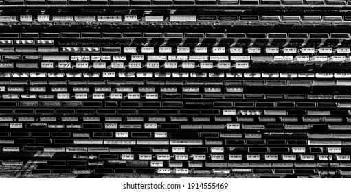 鉄道アート芸術的な黒と白の水平方向の構成。鉄道の円筒形タンク輸送コンテナの空中上面図。縞模様の創造的な輸送業界の表現。鉄道と電車