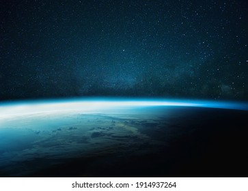 Schöner blauer Planet Erde mit blauem Schein mit sternenklarer und Milchstraße. Sonnenaufgang im Weltraum