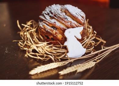 Osterbrot und Osterhase mit Weizen und Kerze