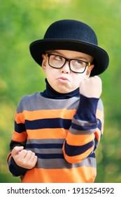 映画俳優または芸能界のスターとしての少年。黒い帽子と縞模様のセーター