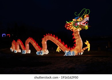 Ein riesiger hell leuchtender chinesischer Drache Lun während der chinesischen Neujahrsfeier. Chinesisches Laternenfest. Dragon ist ein mythisches chinesisches Wesen als Symbol für Stärke, Reichtum und Macht.