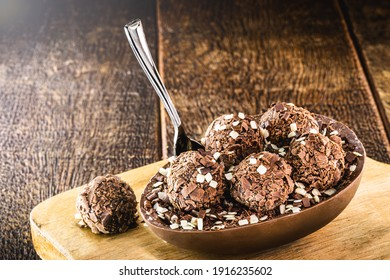 brasilianisches Osterdessert, Schokoladenei mit Sahnefüllung, brasilianische Brigadierbonbons, Keks und Zucker, genannt Löffelei