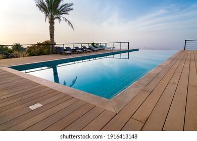 Piscina infinita en un resort del desierto árabe. Resort de lujo en Omán.