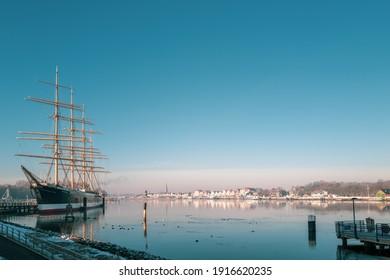 Im Hafen von Travemünde liegt im Winter das alte Segelschiff Passat und der Himmel ist wolkenlos und blau