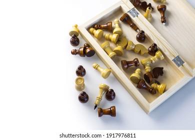 Figuras de ajedrez en mesa blanca con espacio libre para texto.Para hacer en casa en cuarentena de coronavirus. Juegos en casa. Educación para niños. Figuras de ajedrez sobre fondo blanco. Juegos de mesa. Juegos en casa.
