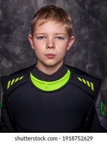 ホッケー選手に扮した少年。
