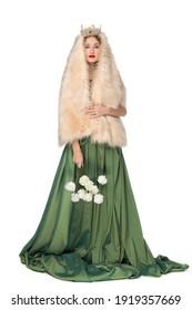 王冠の長い巻き毛を持つ美しいエレガントな若い10代の少女のファッション写真。かなり長い緑のスカートと白い背景で隔離の毛皮のケープ。ロシアの美しさ