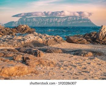タヴォラーラのボンネットは、シロッコが吹くとこの小さな島に形成される特徴的な雲です。海を見下ろし、サーに正確に垂直なレリーフの特定の形態