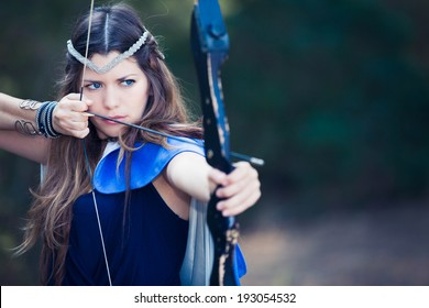 弓と矢を持つ架空の森ハンターの女の子