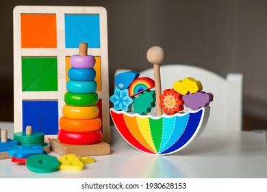 Juguetes equilibradores. Juguete infantil de madera en forma de paraguas, pirámide de colores y juguetes educativos de lógica para niños. Juegos Montessori para el desarrollo infantil.