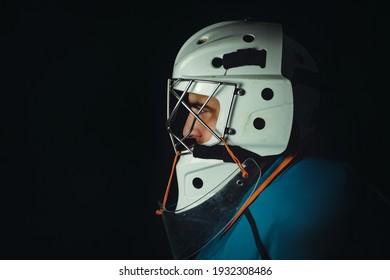 Portero de jugador de hockey sobre fondo negro