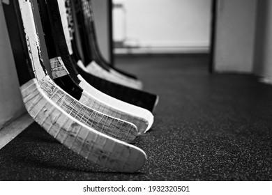 Palos de hockey en el pasillo del vestuario antes del juego