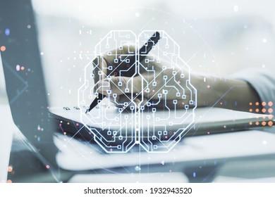 Doppelte Belichtung des kreativen menschlichen Gehirn-Mikroschaltkreises mit Handschrift im Notizblock auf Hintergrund mit Laptop. Zukunftstechnologie und KI-Konzept