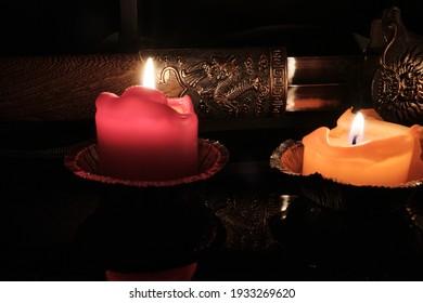 Kerzenlicht beleuchtet die Scheide eines alten chinesischen Shaolin-Wudangsschwerts. Selektiver Fokus. Drachenbild auf Schwert