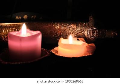 Kerzenlicht beleuchtet die Scheide eines alten chinesischen Schwertes. Selektiver Fokus. Drachenbild auf Schwert