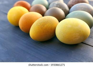 Natürliche Färbung der Ostereier auf hölzernem Hintergrund. Bunte Ostereiersammlung. Flacher dof.