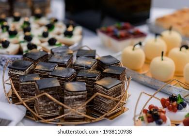 Schließen Sie herauf Ansicht der geschnittenen Stücke des Spartacus-Kuchens auf dem festlichen Partytisch.