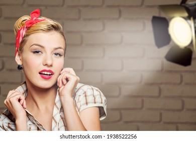بازیگر زن زن. مدلی از سینما یا تئاتر. مدل مو و آرایش کامل.